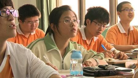 Các giáo viên và phụ huynh ở Trung Quốc muốn con em mình không yêu sớm để tập trung học hành.             Bài viết: http://news.zing.vn/Hoc-sinh-nam-nu-Trung-Quoc-phai-cach-xa-nhau-nua-met-post358362.html#home_cate.tinmoi             Nguồn Zing News