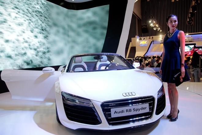 Tăng Thanh Hà cầm lái Audi R8 mui trần - ảnh 1