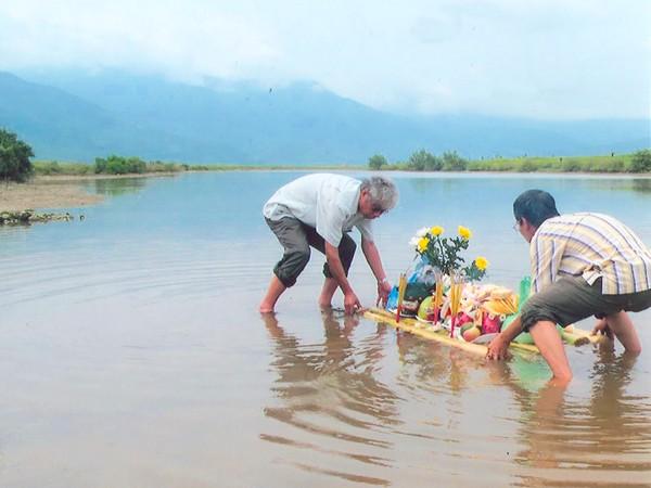Trần Đình Bá dâng lễ vật cúng vong hồn anh ruột Trần Đình Mai tại nơi anh hy sinh trong cuộc chiến tranh chống Mỹ (xã Quảng Tùng, huyện Quảng Trạch, Quảng Bình)