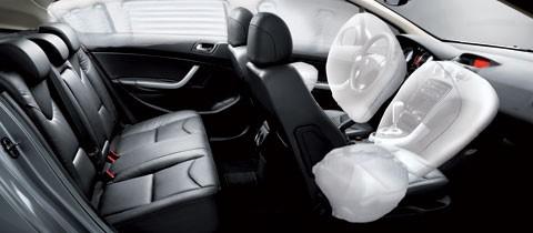 Đầy đủ chức năng an toàn gồm hệ thống chống bó cứng phanh ABS, hệ thống cân bằng điện tử ESP, hệ thống hỗ trợ lực phanh khẩn cấp, 6 túi khí,… đem lại sự an tâm cho người sử dụng