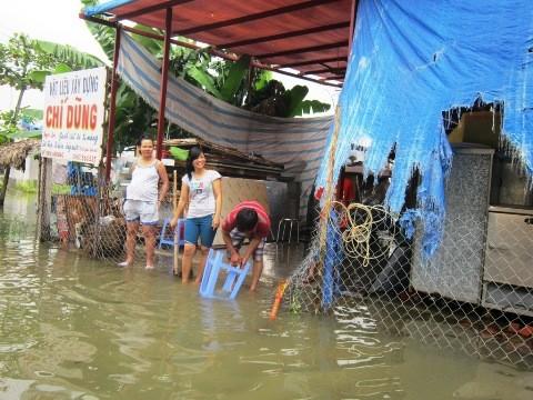 Vỡ đê bao, hơn 200 hộ dân bị chìm trong biển nước - ảnh 2