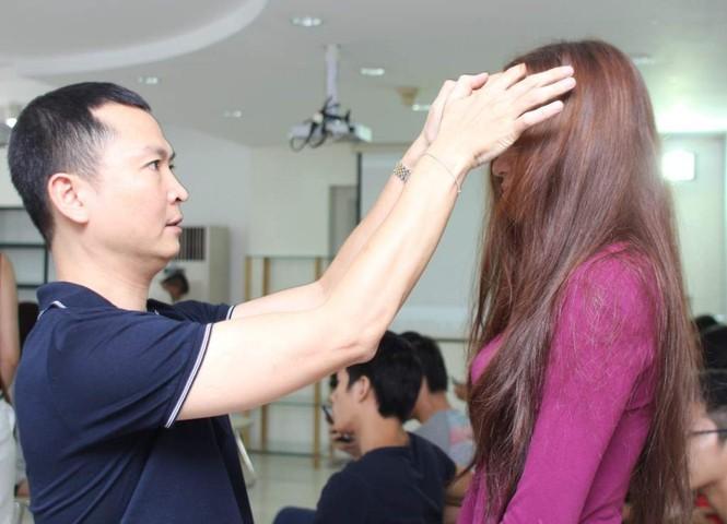 Nhà tạo mẫu kiểm tra tóc của người mẫu