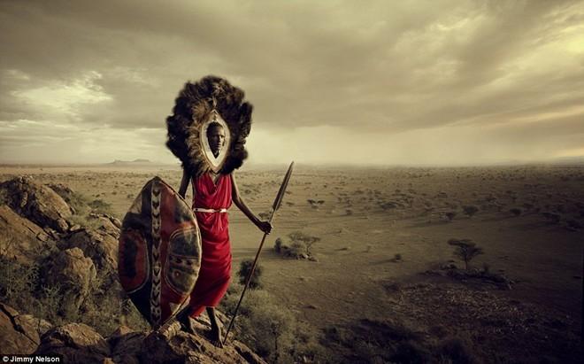Bộ lạc bán du mục Maasai tại Đông Phi sinh sống ở phía nam Kenya và phía bắc Tanzania, dọc theo những vùng đất khô cằn của thung lũng Great Rift. Cuộc sống của họ dựa chủ yếu vào các cơn mưa đổ xuống khu vực để tìm thức ăn, nước và nuôi gia súc. Thực phẩm của người Maasai đều đến từ gia súc. Họ ăn thịt, uống sữa và thỉnh thoảng uống máu gia súc