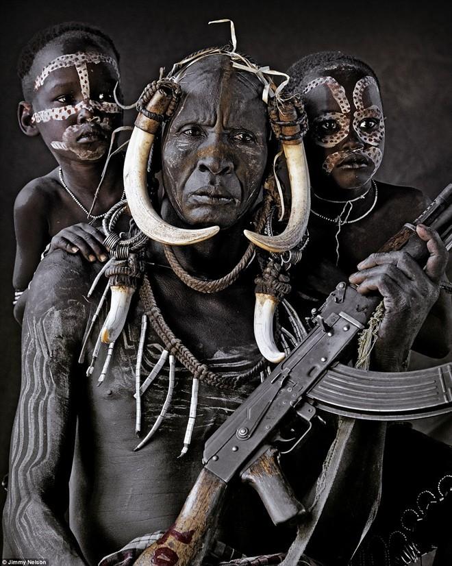Người Mursi là một bộ lạc du mục chăn nuôi gia súc ở Great Rift châu Phi, phía tây nam Ethiopia. Họ sinh sống chủ yếu nhờ vào việc săn bắn, hái lượm, chăn nuôi gia súc và trồng lúa dọc theo bờ sông Omo