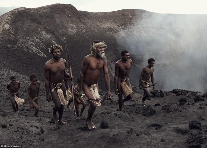 Bộ lạc Ni-Vanuatu gồm những người Melanesian sinh sống ở Cộng hòa Vanuatu, quốc đảo ở Tây Nam Thái Bình Dương.Nhiều bằng chứng cho thấy người Melanesian bắt nguồn từ New Zealand. Hiện nay, người Melanesian ở mỗi hòn đảo tại Cộng hòa Vanuatu đều có ngôn ngữ, văn hóa riêng. Họ sinh sống chủ yếu dựa vào săn bắn, hái lượm và bắt cá