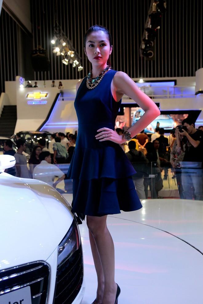 Tăng Thanh Hà cầm lái Audi R8 mui trần - ảnh 2