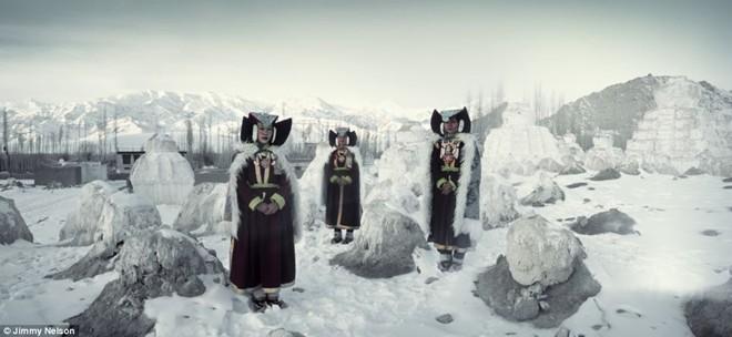 Người Ladakh sống trong những thung lũng núi cao nằm giữa 2 dãy núi Himalaya và Karakoram ở phía bắc Ấn Độ. Người Ladakh tôn thờ tôn giáo là Phật giáo Tây Tạng trong hơn 1.000 năm qua