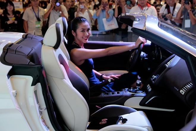 Tăng Thanh Hà cầm lái Audi R8 mui trần - ảnh 4