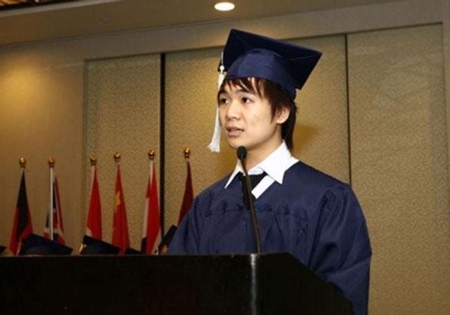 Đỗ Quang Vinh (18 tuổi) khi phát biểu tại lễ tốt nghiệp ở Singapore