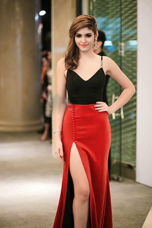 Andrea trong thiết kế khoét sâu, xẻ cao đáng ra phù hợp hơn với đàn chị ngoài 30