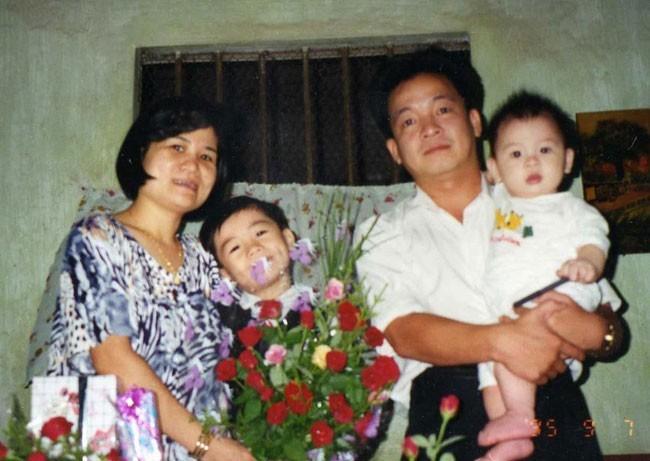 Vinh và gia đình trong một bức ảnh năm 1995. Khi đó, cả gia đình vẫn ở trong một ngôi nhà khá giản dị
