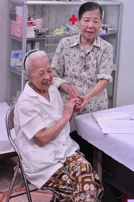 Cụ Lê Thị Sóc bắt tay cảm ơn tấm lòng hảo tâm của bà Đỗ Thị Nhung. Ảnh: Lê Anh