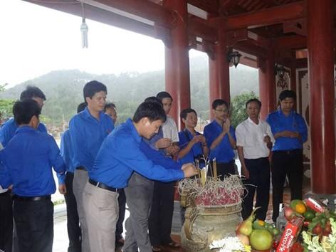 Cán bộ Tỉnh Đoàn Nghệ An thắp nén hương thành kính tưởng nhớ 13 liệt sỹ TNXP Truông Bồn