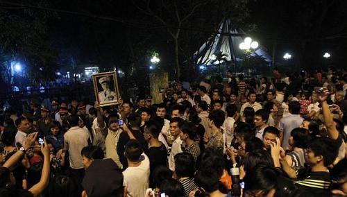 Trong đêm, người dân Việt Nam vẫn tập trung bên ngoài tư gia Đại tướng Võ Nguyên Giáp ở phố Hoàng Diệu