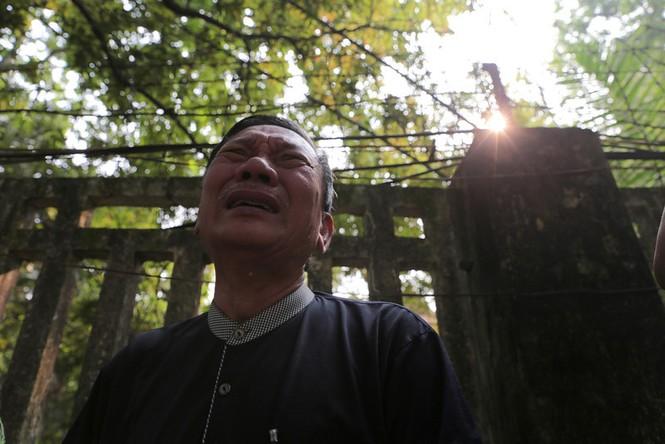 Người đàn ông bật khóc bên ngoài tư gia Đại tướng Võ Nguyên Giáp khi đến đây viếng Đại tướng