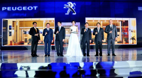 Hoa hậu Đặng Thu Thảo- đại sứ thương hiệu của Peugeot tại Việt Nam cùng lãnh đạo THACO và Peugeot tại lễ giới thiệu