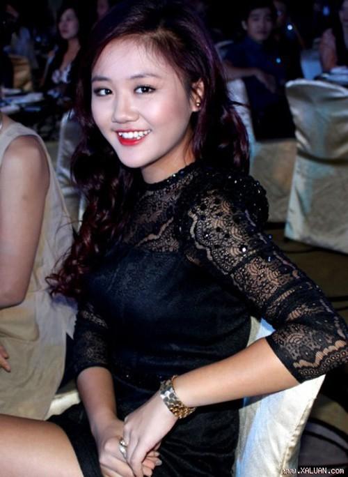 Đầm ren đen cũng có thể làm Văn Mai Hương già thêm chục tuổi