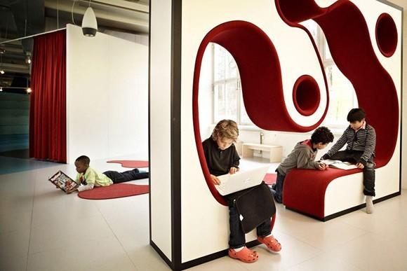 Trường Vittra Telefonlan độc đáo này nằm tại Stockholm, Thụy Điển. Trường được thiết kế bởi kiến trúc sư Rosan Bosch. Ngôi trường này hoàn toàn không có tường ngăn cách và không có cái gọi là phòng học