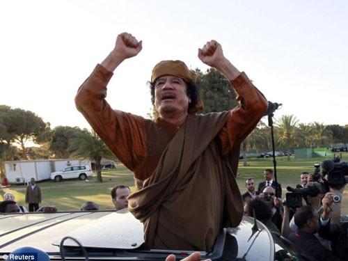 'Tinh thần thép' của ông Gaddafi vẫn cầm cự tại Libya. Ảnh: Reuters