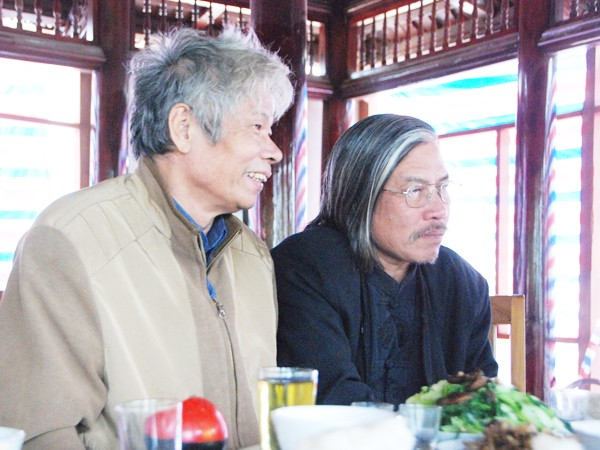 Nhà báo Trần Đình Bá (trái) cùng tác giả