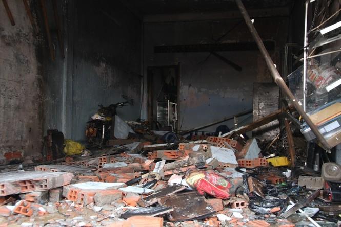 Tường nhà bị đổ đè lên 3 người bị thương nặng
