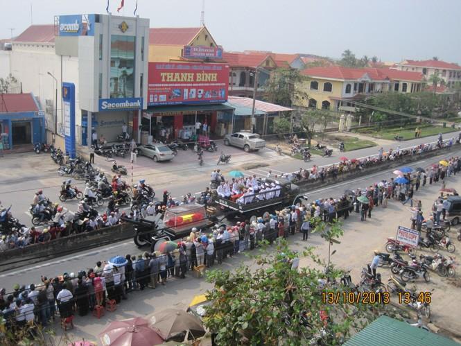 Hàng vạn người tiếp tục đổ về Vũng Chùa - ảnh 3