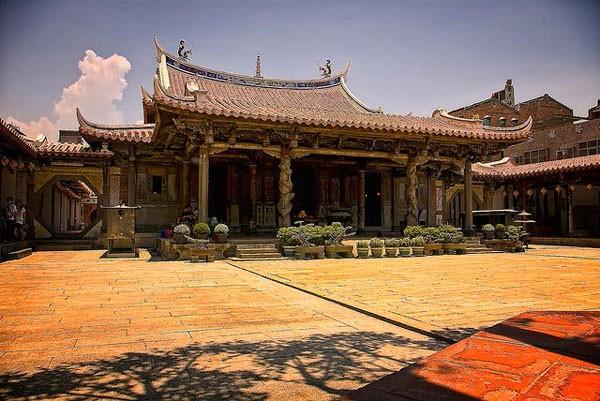 Nét cổ kính, thâm trầm của ngôi đền linh thiêng. Ảnh: Globalgrasshopper