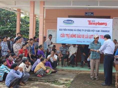 Đoàn công tác trao quà đồng bào ở xã Hải Thái và Làng Thanh niên lập nghiệp Tây Vĩnh Linh Quảng Trị. ẢNH: H.T