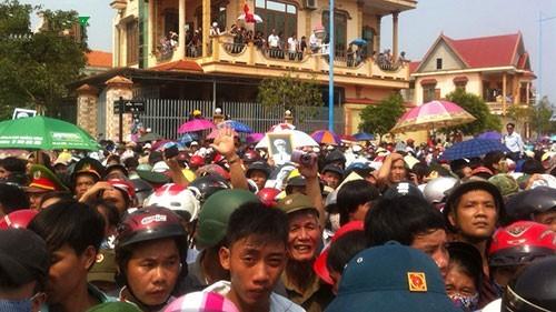 Hàng vạn người tiếp tục đổ về Vũng Chùa - ảnh 5