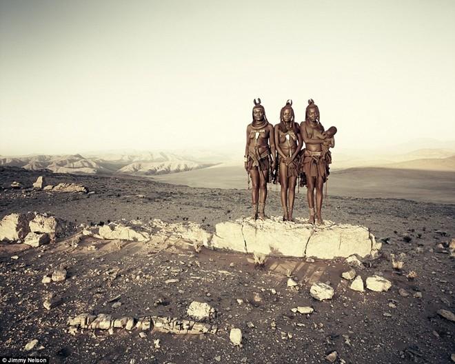 Himba là một bộ lạc cổ xưa của những người chăn nuôi bán du mục. Từ thế kỷ 16, họ sống trong các khu định cư rải rác khắp khu vực sông Kunene ở phía tây bắc Namibia và tây nam Angola. Mặc dù bị tác động bởi cuộc sống hiện đại và dự án thủy điện trong khu vực, nhưng người Himba vẫn duy trì lối sống truyền thống từ đời này sang đời khác