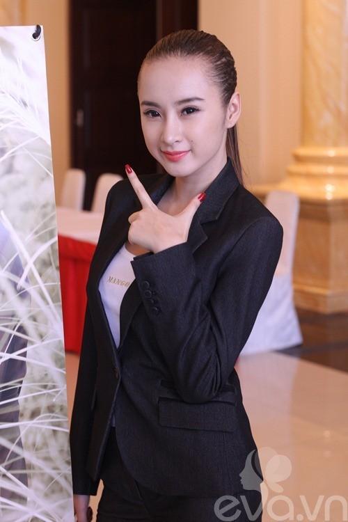 Bộ vest đen huyền bí này cũng có thể cộng thêm cho Phương Trinh tới chục tuổi