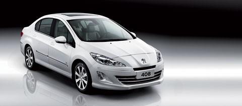 Peugeot 408 toát lên vẻ sang trọng, lịch lãm nhờ thiết kế kiểu khí động học với những đường gân nổi bật chạy dọc thân xe kết hợp cụm đèn pha halogen tự động. Thuộc phân khúc sedan cỡ trung, xe dài 4,688m, rộng 1,815m, cao 1,525m