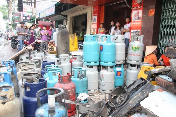 Hàng trăm bình gas được đưa ra ngoài