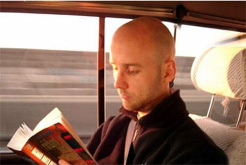 Đọc sách báo khiến bạn dễ bị say xe