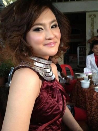 Sokun Nisa cũng cực kỳ xinh đẹp, quyến rũ trong những bức ảnh diện các trang phục hiện đại