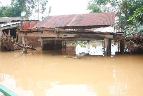 Nhiều nhà dân dọc sông Vu Gia vẫn ngập nặng do thủy điện xã lũ
