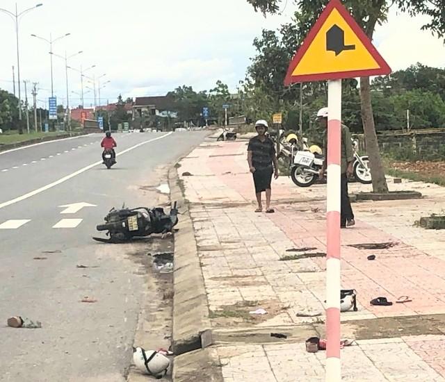3 bà cháu thương vong sau cú xe máy lao thẳng vào cột báo giao thông - ảnh 1