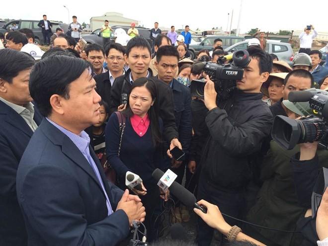 Dân 'vây' Bộ trưởng Đinh La Thăng giữa công trường - ảnh 1