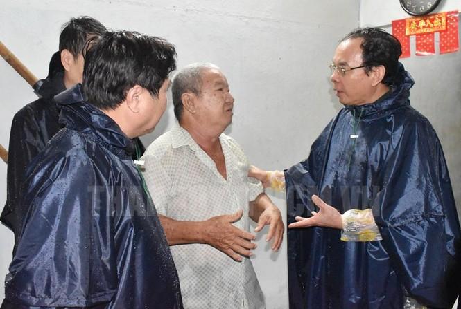 Tân Bí thư Thành ủy TPHCM Nguyễn Văn Nên dầm mưa tìm kế chống ngập  - ảnh 2