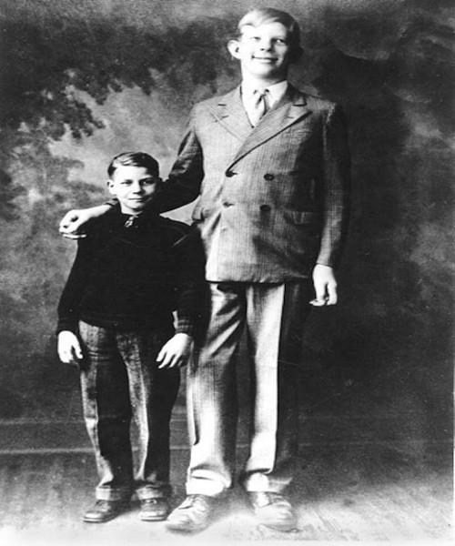 Ảnh hiếm về người đàn ông cao nhất trong lịch sử nhân loại - ảnh 1