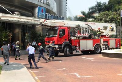 Giải cứu 300 người mắc kẹt trong đám cháy nhà 21 tầng - ảnh 3