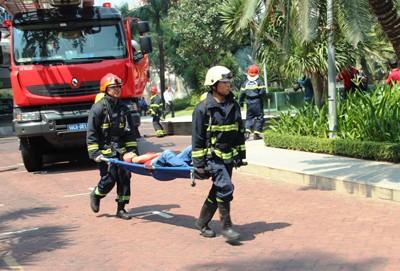 Giải cứu 300 người mắc kẹt trong đám cháy nhà 21 tầng - ảnh 6
