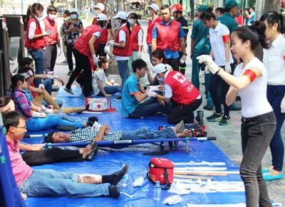 Giải cứu 300 người mắc kẹt trong đám cháy nhà 21 tầng - ảnh 7