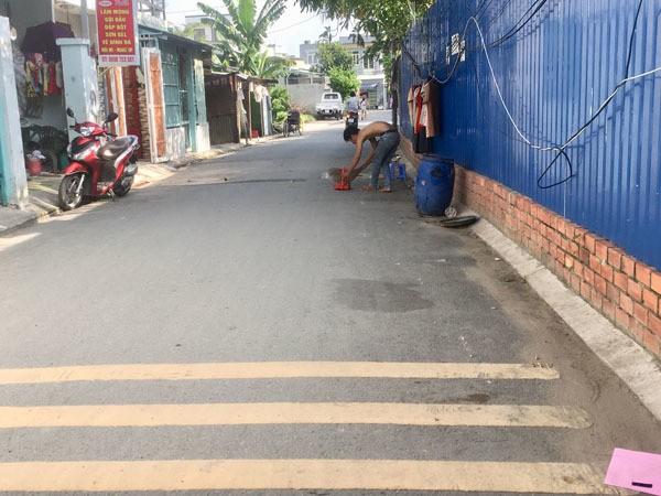 Đột kích 'xóm bà đẻ' ở Sài Gòn, phụ nữ vừa cho con bú vừa đánh bài - ảnh 3