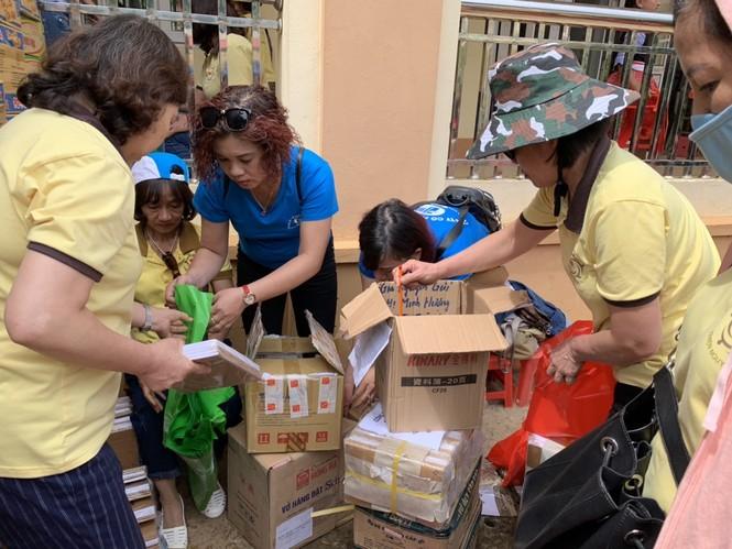 Nhà sách Tiền Phong tặng quà năm học mới cho học sinh nghèo vượt khó vùng cao  - ảnh 1