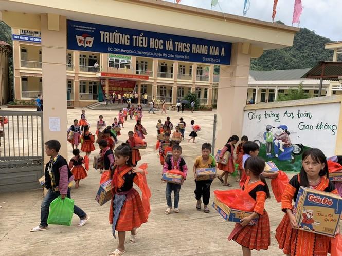 Nhà sách Tiền Phong tặng quà năm học mới cho học sinh nghèo vượt khó vùng cao  - ảnh 3
