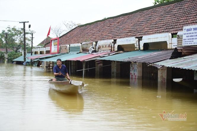 Lũ lớn lịch sử ở Quảng Bình, người dân leo nóc nhà chờ ứng cứu - ảnh 10