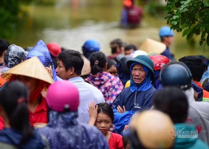 Lũ lớn lịch sử ở Quảng Bình, người dân leo nóc nhà chờ ứng cứu - ảnh 16