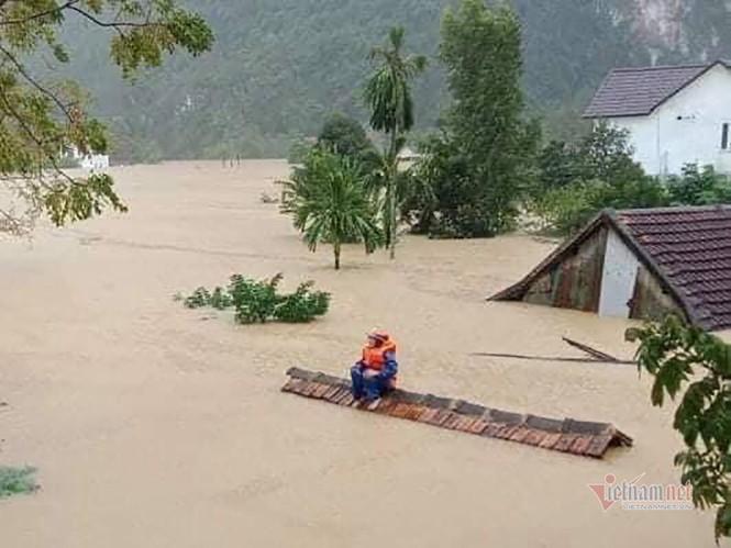 Lũ lớn lịch sử ở Quảng Bình, người dân leo nóc nhà chờ ứng cứu - ảnh 17