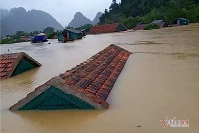 Lũ lớn lịch sử ở Quảng Bình, người dân leo nóc nhà chờ ứng cứu - ảnh 19